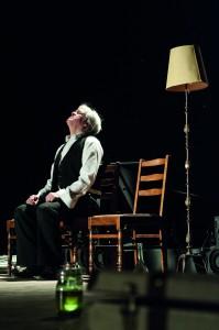 Der Duende (Stefan Ostertag) in schmerzvoller Erinnerung an María, Staatstheater Braunschweig, Foto: Volker Beinhorn