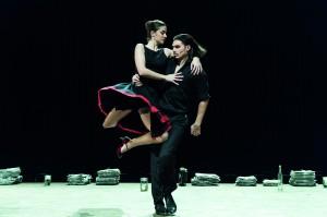 Was passiert zwischen Mann (Philipp Georgopoulos) und Frau (Nicole Lucetic)? Staatstheater Braunschweig, Foto: Volker Beinhorn