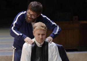 """Der Trend des Lumbersexual macht auch vor der Opernbühne nicht halt. Aniceto (Igor Durlovski) tröstet den liebestollen Lucio Vero (Sebastian Kohlhepp), """"Berenike"""" von Niccolò Jommelli an der Oper Stuttgart, Foto: A.T. Schaefer"""