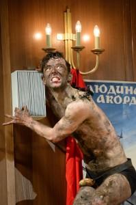 """Ein ganz normaler Theatergänger (Gunnar Seidel) wird zum Affen (gemacht), """"Un re in ascolto"""" von Luciano Berio am Staatstheater Kassel, Foto: N. Klinger"""