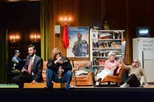 """So sieht's also am Staatsheater Kassel aus, wenn keine Vorstellung ist! V.l.n.r. von links: Walewein Witten (singender Pianist), Gunnar Seidel (Freitag), Markus Francke (Regisseur), Christina Schönfeld (Ein Mime), Marc-Olivier Oetterli (Prospero), """"Un re in ascolto"""" von Luciano Berio am Staatstheater Kassel, Foto: N. Klinger"""