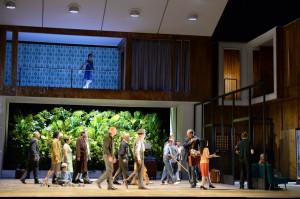 """Michel (Kurt Streit) kommt zur Tür rein und wird von den Geschehnissen überlaufen, """"Julietta"""" von Bohuslav Martinu an der Oper Frankfurt, Foto: Barbara Aumüller"""