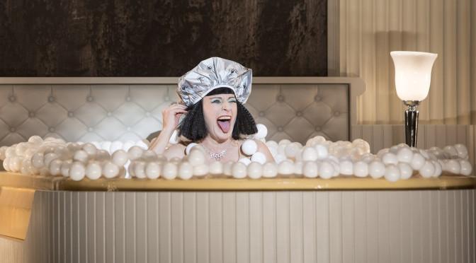 """Dagmar Manzel ist Cleopatra, """"Die Perlen der Cleopatra"""" von Oscar Straus an der Komischen Oper Berlin, Foto: © Iko Freese / drama-berlin.de"""