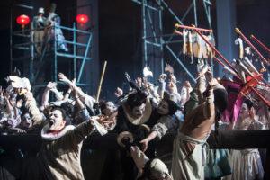 """Im Vordergrund spielen die Chinesen Mord und Totschlag, im Hintergrund amüsiert man sich über das drollige Treiben, """"Turandot"""" von Puccini an der Oper Köln, Foto: Bernd Uhlig"""